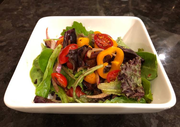 Green salad with homemade spicy balsamic vinegar