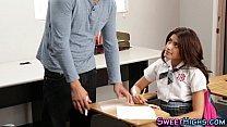 Alumna joven seduce a su profesor
