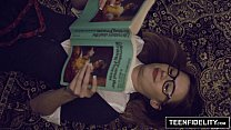Alumna nerd se pone a leer antes del sexo con su profe