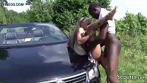 Teeny mit Dicken Titten wird von schwarzen Typen Outdoor gefickt