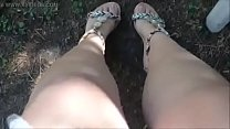 Oltraggioso, delirante, unico! Un quadro del Papa abusato e ricoperto di terra con i miei piedi sporchi in un parco pubblico