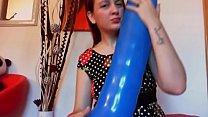 Gonfio e cavalco un grosso balloon blu fino a finire sfinita in un grande orgasmo