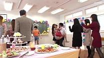 Semua orang bercinta bersama di pesta ulang tahun