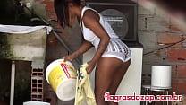 Gata da favela pendurando roupa no varal !