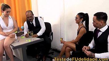 Lara Andrade e Niara Pessanha transando com seus chefes na festa de final de ano da empresa onde rolou uma bela putaria com eles