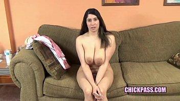 Curvy mom Nicole Paris sucks dick during her interview