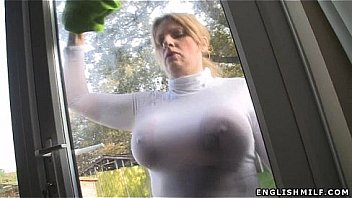 Video Bokep Bitch clears à window with tits