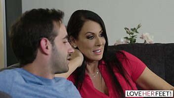 Video Ngentot MILF Raegan Foxx Gets Foot Fucked By Stepson On The Sofa