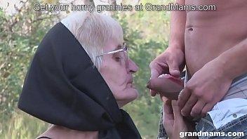 Bokep Seks Young guy fucks hardcore grandma with no teeth