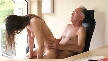 Video Porno 18 year girl fucked hard by old guy