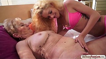 Video Ngentot Beautiful Monique Woods licks old granny Malyas hairy pussy