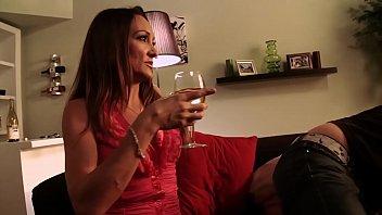Bokep Dopo un bicchiere di vino, la mamma viene scopata intensamente da suo figlio