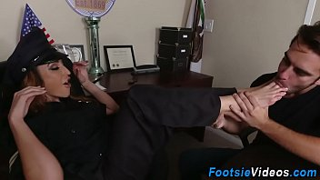 Video Bokep Lady cops feet cumshot