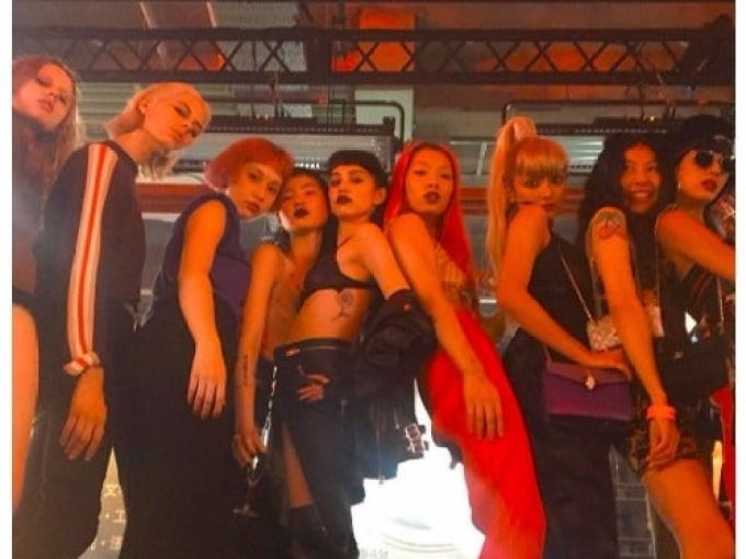 「DIESEL」ショーで水原希子、ローラと共演したリナ・サワヤマとは?(右から3番目より左に)ローラ、リナ・サワヤマ、水原希子/Rina Sawayama Instagramより