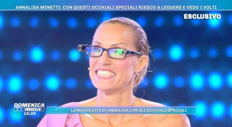 """Annalisa Minetti mostra gli occhiali che l'aiutano a """"vedere"""": """"Torno a essere autonoma"""""""