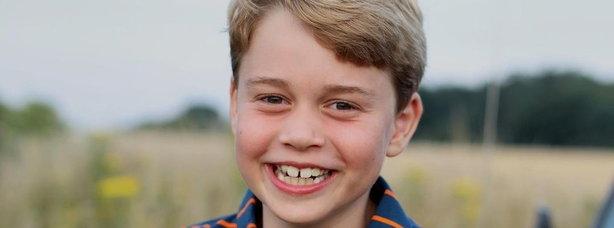 Il principino George compie 8 anni, seduto sull'auto del principe Filippo nella foto di Kate