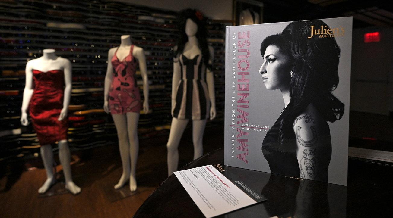 Amy Winehouse, all'asta centinaia di oggetti a 10 anni dalla sua morte