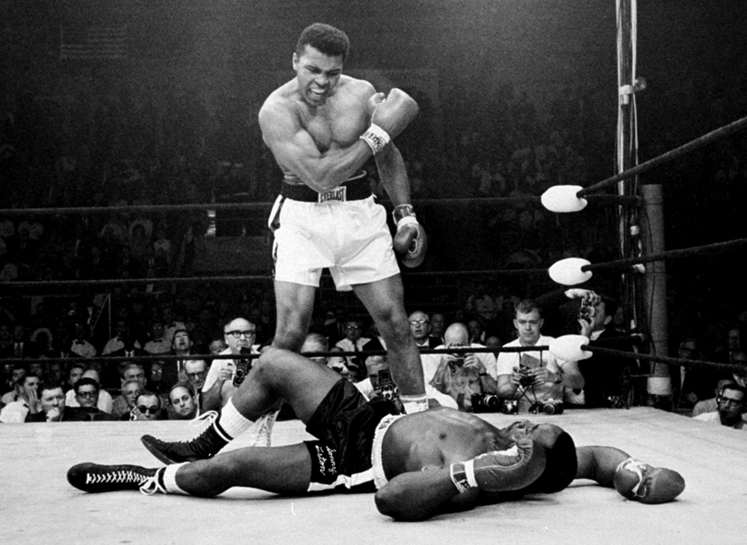 Mohamed Ali terrasse Sonny Liston le 25 mai 1965 à Lewiston, dans le Maine.