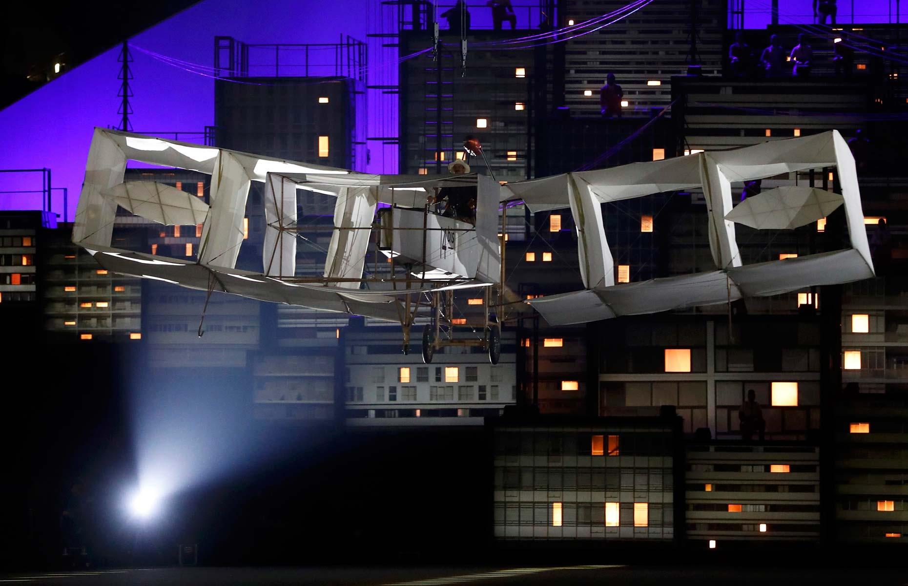 Réplica do 14 Bis, primeiro avião e inventado pelo brasileiro Santos Dumont, 'voa' pelo Maracanã