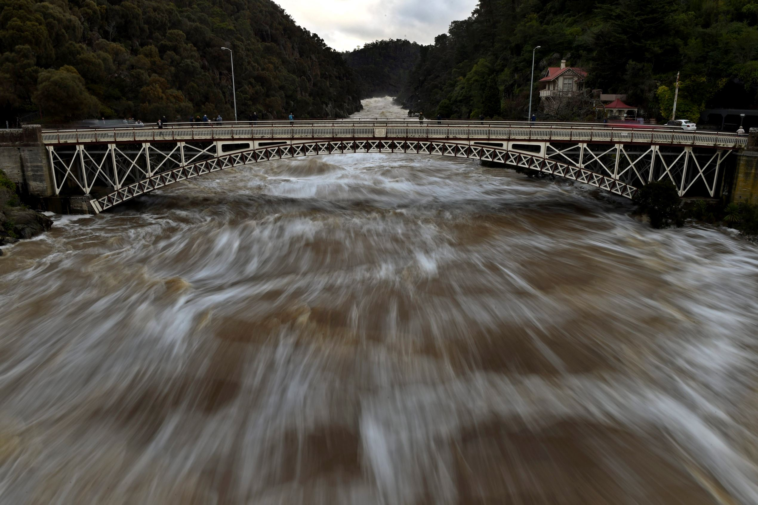 Слайд 54 из 86: epaselect epa05351178 Flood waters race through Cataract Gorge in the city of Launceston, Tasmania, Australia, 08 June 2016. Flood levels failed to peak at expected levels on 08 June, and the cities levy banks held preventing widespread inundation. ...