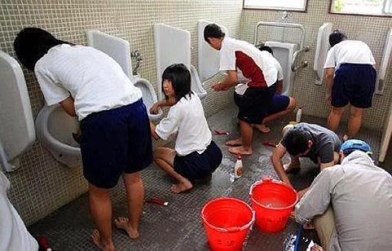 Japon okullarında müstahdem veya hizmetli yoktur.