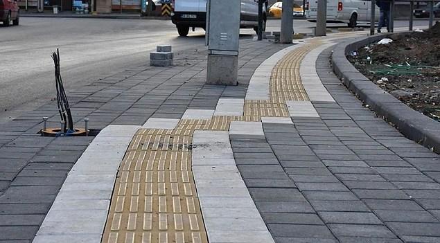 Sıklıkla karşımıza çıkan Türkiye'de görme engelliler için yapılan veya yapıldığı düşünülen kabartmalı yollara özen gösterin.