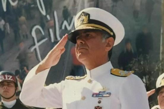 Ο συνταξιούχος ναύαρχος Atilla Kıyat που φοράει ηλεκτρονικές μανσέτες: «Αυτή η ντροπή δεν μου ανήκει»