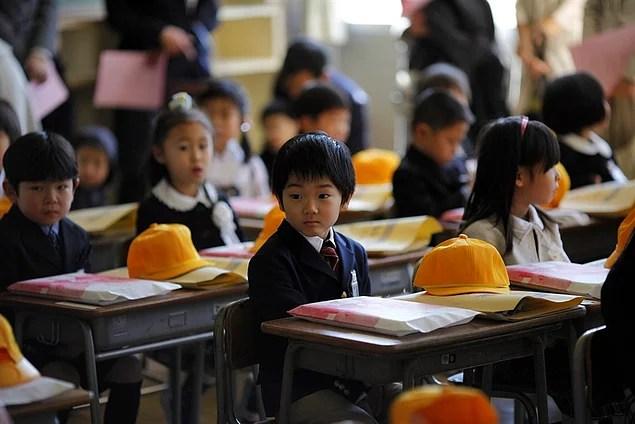 Japonya'da 6 yaşını dolduran her çocuk 6 yıl süren ilkokula başlar.