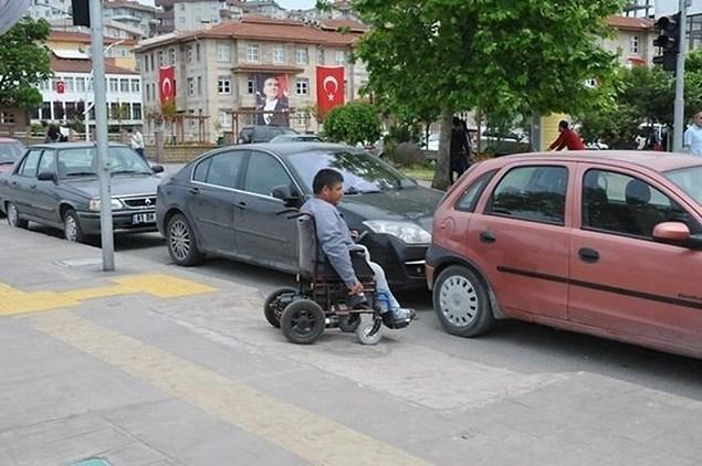 Arabanızı park etmek için uygun bir yer bulmayı deneyin. Park edecek yer bulmada sorun yaşıyorsanız insanların haklarını gasp etmek yerine ilgili yere dilekçe yazın.