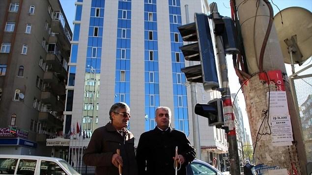 Yetkililer olarak her trafik ışığına özellikle yoğun olan bölgelere görme engelli vatandaşlar için sesli uyarı sistemi yapın.