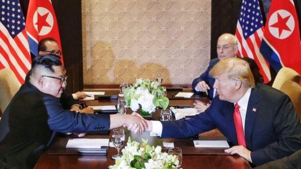 Trump dan Kim Berjabat Tangan (foto: EPA)