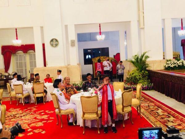 Joni si Pemanjat Tiang Bendera di NTT Diundang Presiden Jokowi di Istana Negara, Jakarta (foto: Fakhri/Okezone)