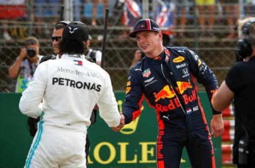 Lewis Hamilton menjabat tangan Max Verstappen