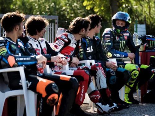 Valentino Rossi bersama rider akademi