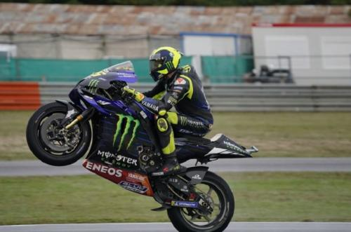 Valentino Rossi melakukan wheelie (Foto: Yamaha MotoGP)
