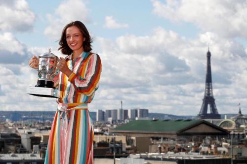 Iga Swiatek bersama trofi Prancis Open