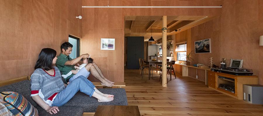 三角屋根に小さな窓アウトドア好きのふたりが作る山小屋のような家 | Style of Life | 100%LiFE