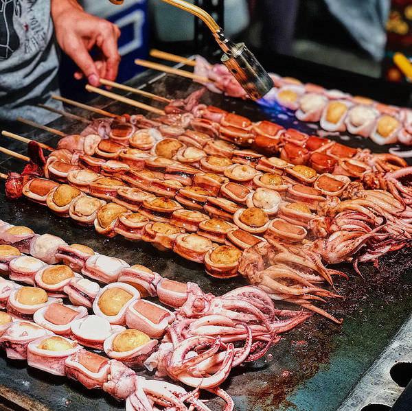 (台南美食/北區)傻妞吃花園夜市~樂樂腸、韓目米熱狗、小米球