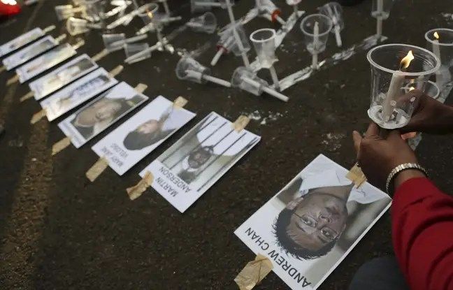 Un activiste indonésien dépose le portrait des huit étrangers condamnés à mort, à Jakarta, le 28 avril 2015.
