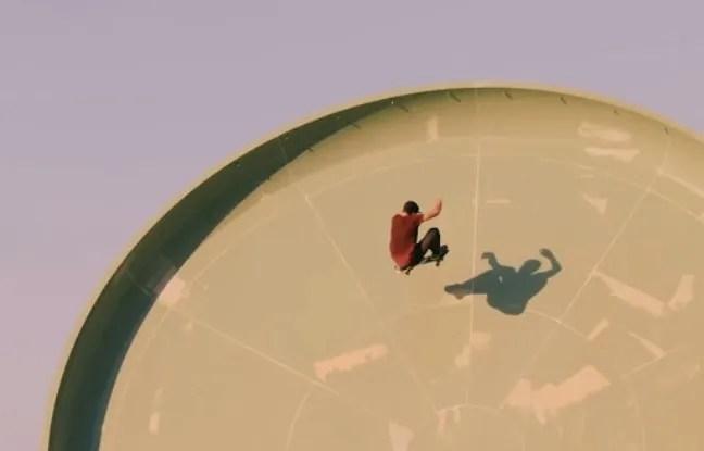 Capture d'écran d'une vidéo Red Bull montrant les skateurs Jan Hoffmann, Alex Sorgente et Milton Martinez rider deux des toboggans du parc Aquaventure de l'hôtel Atlantis The Palm, à Dubaï.