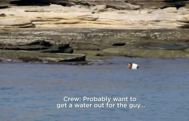 Le présentateur britannique Jeremy Wade et son équipe de tournage au secours d'un naufragé sur une île déserte.
