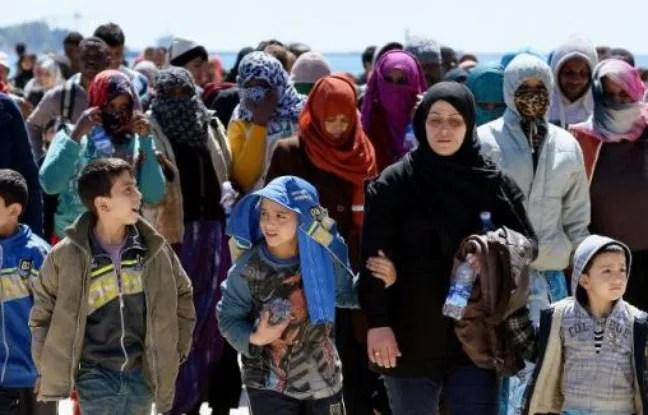Des migrants sur le quai du port d'Augusta en Sicile le 22 avril 2015