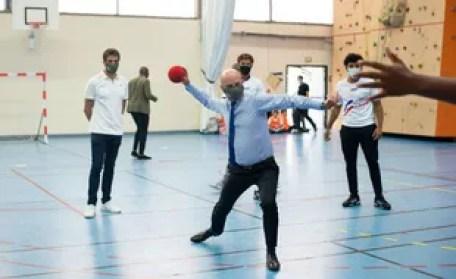 Le 23 septembre 2020, lors d'un atelier sportif, le ministre de l'Education nationale s'est essayé au Hand sous le regard de Tony Estanguet dans un gymnase de Paris (illustration).