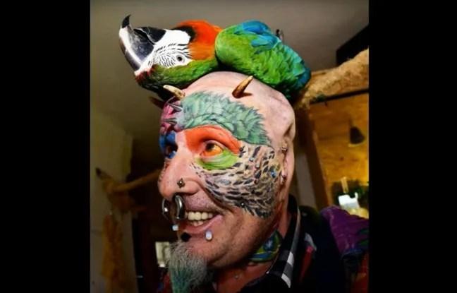 Ted Richards s'est fait enlever les deux oreilles pour ressembler davantage aux perroquets qu'il adore.