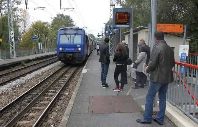 Le 28 octobre 2014, des voyageurs du RER C attendent leur train ‡ la station Gravigny-Balizy.