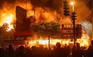 Un magasin en flamme dans le quartier Nord de Minneapolis.