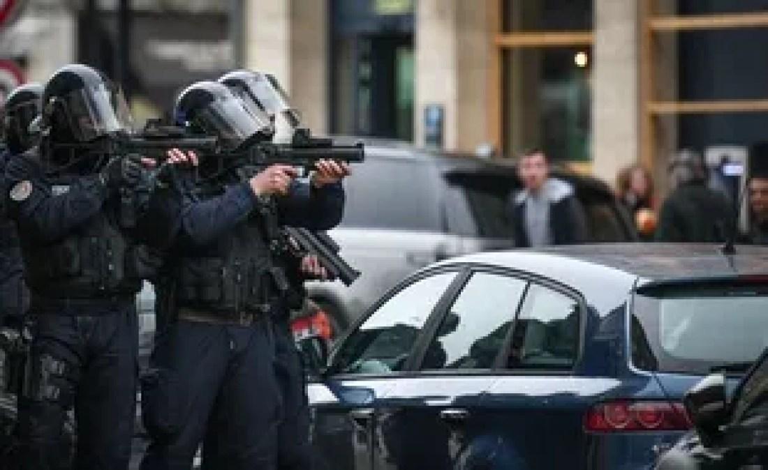 Des policiers utilisant le LBD 40 lors d'une manifestation des gilets jaunes à Bordeaux, le 9 mars 2019.