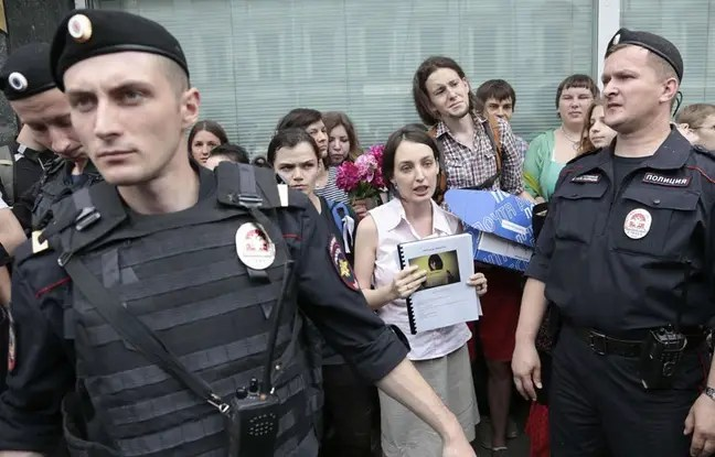 Des policiers encadrent la Gay Pride de 2014 à Moscou