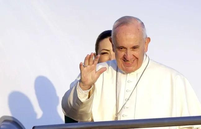 Le pape François salue la foule avant de monter dans l'avion sur le tarmac de l'aéroport de Rome, le 16 avril 2016.