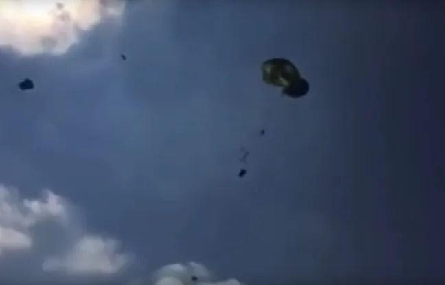 Trios Humvees de l'armée américaine se sont écrasés dans un champ après un exercice de largage raté.